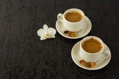 Twee witte koppen van sterke ochtendkoffie Royalty-vrije Stock Afbeeldingen