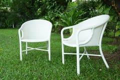 Twee witte stoelen Stock Foto's