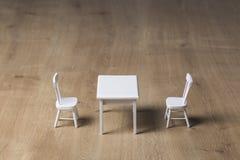 Twee witte stoelen tegenovergesteld met een witte lijst in het midden stock fotografie