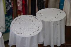 Twee witte tafelkleden in de vorm van haken met de hand gemaakt uitstekend rond belangrijkst voorwerp stock afbeeldingen