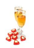 Twee witte wijnglazen voor de dag van Valentijnskaarten Royalty-vrije Stock Afbeeldingen