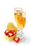 Twee witte wijnglazen voor de dag van Valentijnskaarten Stock Foto's