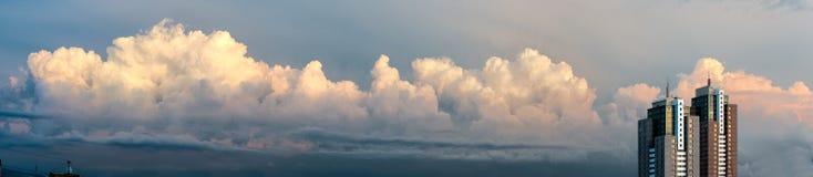 Twee wolkenkrabbers op backround van de hemel Royalty-vrije Stock Afbeelding