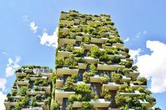 Twee woontorens met bomen en struiken op grote balkons genoemd ?Bosco Verticale ?in het centrum van Milaan stock foto