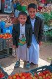 Twee yemeni kinderen, riem met overladen mes riepen janbiya, zoute markt, suq, de Oude Stad van Sana'a, traditioneel kostuum, het Royalty-vrije Stock Afbeeldingen