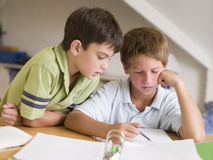 Twee Young Boys dat Hun Thuiswerk samen doet Stock Afbeeldingen