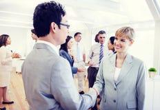 Twee Zaken Person Handshaking in het Bureau stock afbeelding