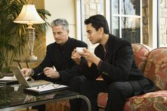 Twee zakenlieden bij hotel. Royalty-vrije Stock Afbeeldingen