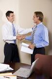 Twee zakenlieden in bureau het schudden handen Royalty-vrije Stock Foto's
