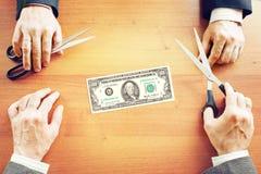 Twee zakenlieden delen inkomens Royalty-vrije Stock Afbeeldingen