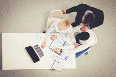 Twee zakenlieden die bij hun bureau met laptop zitten Hoogste mening Royalty-vrije Stock Afbeelding