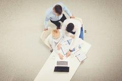 Twee zakenlieden die bij hun bureau met laptop zitten Hoogste mening Stock Fotografie