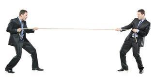 Twee zakenlieden die een kabel trekken Stock Afbeelding