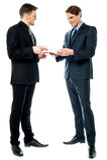 Twee zakenlieden die een overeenkomst voorbereiden Royalty-vrije Stock Foto's