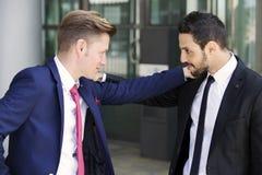 Twee zakenlieden die elkaar buiten begroeten Royalty-vrije Stock Afbeeldingen