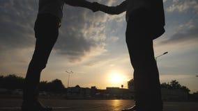 Twee zakenlieden die en elkaar in stedelijk milieu ontmoeten begroeten Bedrijfs handdruk openlucht Het schudden van mannelijke wa stock video