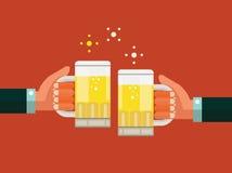 Twee zakenlieden die glazen bier roosteren Succesvolle zaken en vennootschapconcept Stock Fotografie