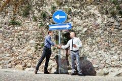 Twee zakenlieden die handen schudden Royalty-vrije Stock Foto's