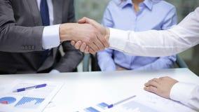 Twee zakenlieden die hun handen schudden stock video