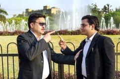 Twee zakenlieden die in park debatteren Royalty-vrije Stock Fotografie