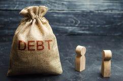 Twee zakenlieden die schuld in een bedrijf bespreken Financieel schuldconcept Beveiligd bedrijf en onbeveiligde schuld Concept sc stock foto's