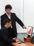 Twee zakenlieden in een bureau royalty-vrije stock foto's