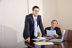 Twee zakenlieden in kostuums die in bestuurskamer werken Royalty-vrije Stock Afbeelding