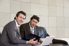 Twee zakenlieden met laptop Stock Afbeeldingen