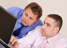 Twee zakenlieden met laptop Stock Foto's