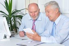 Twee zakenlieden met laptop Stock Foto