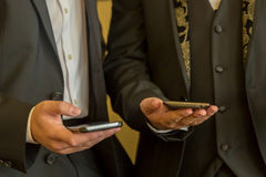 Twee zakenlieden met mobiele telefoons Mensen met eigentijdse mobiele telefoons stock afbeelding