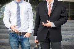 Twee zakenlieden status die buiten bureau, Zaken spreken partne Stock Afbeelding