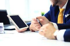 Twee zakenliedenvoorzien van een netwerk in bureau Stock Afbeeldingen