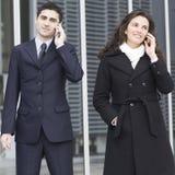 Twee zakenlui die buiten roepen royalty-vrije stock afbeelding