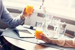 Twee Zakenlui die voor Lunch in Restaurant samenkomen stock afbeeldingen