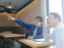 Twee Zakenman Pointing de vinger royalty-vrije stock foto's