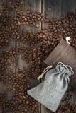 Twee zakken van geroosterde arabica koffiebonen Stock Afbeeldingen