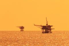 Twee Zeeproductieplatforms voor Olie en Gas Stock Afbeelding