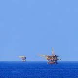 Twee Zeeproductieplatforms voor Olie en Gas Stock Foto