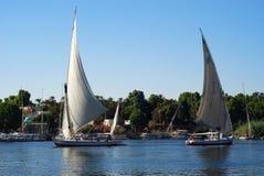 Twee zeilboten op de rivier van Nijl, Aswan Stock Afbeeldingen