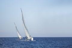Twee zeilboten op het overzees sailing royalty-vrije stock fotografie