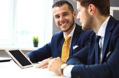 Twee zeker zakenliedenvoorzien van een netwerk Stock Foto