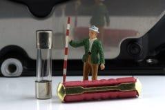 Twee zekeringen met een miniatuurmodel van een landmeter Royalty-vrije Stock Fotografie