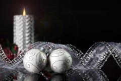 Twee Zilveren Kerstmisornamenten Royalty-vrije Stock Foto's