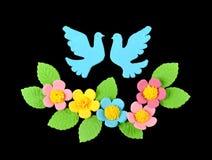 Twee zoete decoratieduiven en bloemen Royalty-vrije Stock Fotografie