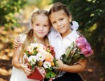 Twee zoete schoolmeisjes stock foto