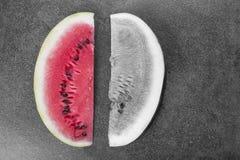 Twee zoete watermeloenplakken op zwart-witte achtergrond, Royalty-vrije Stock Afbeeldingen