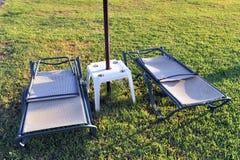 Twee zonlanterfanters op gras Stock Foto's
