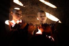 Twee Zuidoostaziatische kleine monniken die boek lezen royalty-vrije stock fotografie