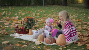 Twee Zusters in Autumn Park stock video